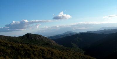 Montañas en Al-Magreb y el cielo.